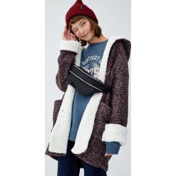 Dzianinowy płaszcz z kapturem. Czerwone płaszcze damskie marki Pull&Bear, z dzianiny. Za 199,00 zł.