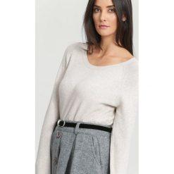 Swetry klasyczne damskie: Jasnobeżowy Sweter Average