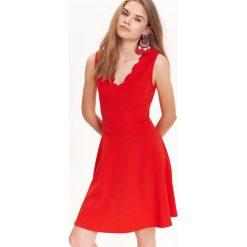 ELEGANCKA SUKIENKA Z OZDOBNYM WYCIĘCIEM PRZY DEKOLCIE. Czerwone sukienki balowe marki Top Secret, na imprezę, na lato. Za 39,99 zł.