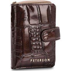 Duży Portfel Damski PETERSON - 602-07-02-05 Brown Crocodile. Brązowe portfele damskie Peterson, z lakierowanej skóry. W wyprzedaży za 129,00 zł.