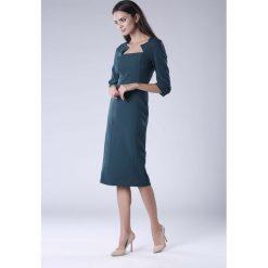 Zielona Elegancka Dopasowana Sukienka za Kolano z Dekoltem Caro. Niebieskie sukienki balowe marki Molly.pl, na co dzień, l, z elastanu, z klasycznym kołnierzykiem, oversize. W wyprzedaży za 148,71 zł.