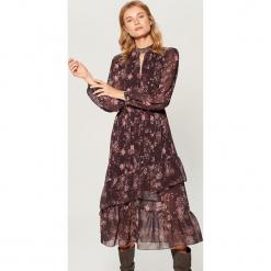Sukienka midi z falbanami - Wielobarwn. Szare sukienki z falbanami marki Mohito, midi. Za 219,99 zł.