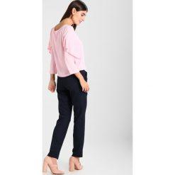 Armani Exchange Bluzka rose. Czarne bluzki damskie marki Armani Exchange, l, z materiału, z kapturem. W wyprzedaży za 383,20 zł.
