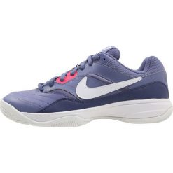 Nike Performance COURT LITE Obuwie multicourt purple slate/white/blue recall/racer pink. Fioletowe buty sportowe damskie marki Nike Performance, z materiału, na golfa. W wyprzedaży za 194,65 zł.