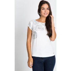 Bluzki damskie: Biała bluzka w geometryczne róże QUIOSQUE