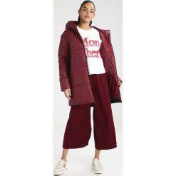 Nike Sportswear Płaszcz zimowy dark red. Czerwone płaszcze damskie zimowe marki Nike Sportswear, s, z materiału. W wyprzedaży za 374,25 zł.