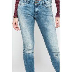 Lee - Jeansy Scarlett Selvage Eastside. Niebieskie jeansy damskie rurki Lee, z bawełny, z obniżonym stanem. W wyprzedaży za 299,90 zł.