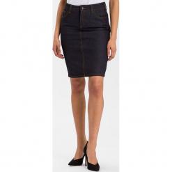 """Dżinsowa spódnica """"Rosie"""" w kolorze granatowym. Niebieskie spódniczki marki Cross Jeans, z aplikacjami, z denimu, midi. W wyprzedaży za 104,95 zł."""