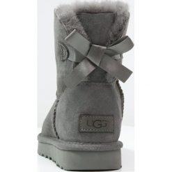 UGG MINI BAILEY BOW II Botki grey. Szare buty zimowe damskie Ugg, z materiału. Za 819,00 zł.