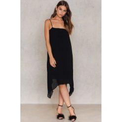 Sukienki asymetryczne: NA-KD Trend Plisowana sukienka z asymetrycznym wykończeniem – Black