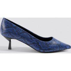 NA-KD Shoes Czółenka wężowy nadruk - Blue. Niebieskie buty ślubne damskie NA-KD Shoes, z nadrukiem, na niskim obcasie, na obcasie. Za 121,95 zł.