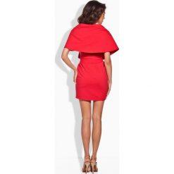 Seksowna sukienka z oryginalnym dekoltem czerwony JENNIFER. Czerwone sukienki hiszpanki Lemoniade, w paski. Za 83,00 zł.
