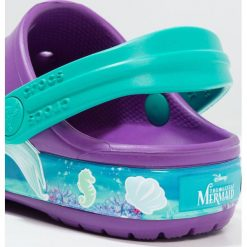 Crocs PRINCESS ARIEL Sandały kąpielowe amethyst. Fioletowe sandały chłopięce marki Crocs, z gumy. Za 149,00 zł.