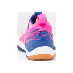 Mizuno WAVE MIRAGE  Obuwie do piłki ręcznej pink glo/white/true blue. Czerwone buty do fitnessu damskie marki Mizuno. W wyprzedaży za 384,30 zł.