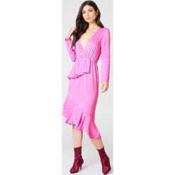 NA-KD Sukienka z długim rękawem i falbaną - Pink. Brązowe sukienki asymetryczne marki Mohito, l, z kopertowym dekoltem. Za 40,95 zł.