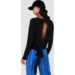NA-KD Sweter z wiązaniem z tyłu - Black. Szare swetry klasyczne damskie marki NA-KD, z bawełny, z podwyższonym stanem. Za 100,95 zł.