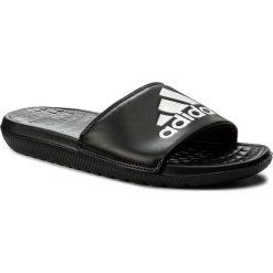 Klapki adidas - Voloomix CP9446  Cblack/Ftwwht/Cblack. Czarne chodaki męskie Adidas, z materiału. Za 99,00 zł.