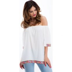 Kremowa bluzka z aplikacjami 8508. Białe bluzki z odkrytymi ramionami marki Fasardi, l, z aplikacjami. Za 55,20 zł.