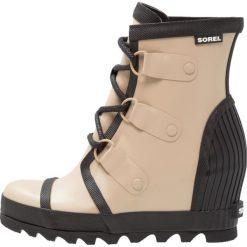 Sorel JOAN RAIN WEDGE Kalosze beach/black. Czarne buty zimowe damskie marki Sorel, z materiału. W wyprzedaży za 419,40 zł.