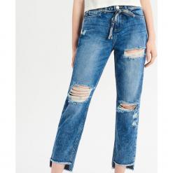 Jeansy relaxed z wysokim stanem - Niebieski. Niebieskie spodnie z wysokim stanem Sinsay, z jeansu. Za 99,99 zł.