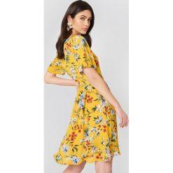 Rut&Circle Kopertowa sukienka Eleonor - Multicolor,Yellow. Żółte sukienki z falbanami marki Rut&Circle, z poliesteru, z kopertowym dekoltem, kopertowe. W wyprzedaży za 101,48 zł.