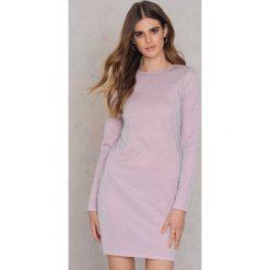 Sukienki hiszpanki: NA-KD Party Brokatowa sukienka z okrągłym dekoltem – Pink