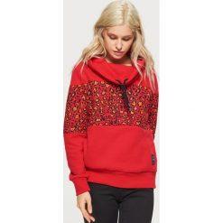 Wzorzysta bluza z kołnierzem - Czerwony. Czerwone bluzy damskie marki Cropp, l. W wyprzedaży za 49,99 zł.