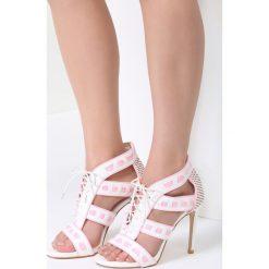 Białe Sandały Out With It. Brązowe sandały damskie marki vices, z materiału, ze szpiczastym noskiem, na wysokim obcasie, na obcasie. Za 89,99 zł.
