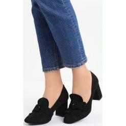 Czarne Czółenka Merrick. Czarne buty ślubne damskie marki Born2be, w paski, ze skóry, z okrągłym noskiem, na słupku. Za 69,99 zł.