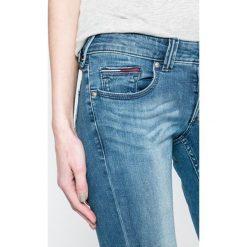 Tommy Jeans - Jeansy Sophie. Niebieskie jeansy damskie rurki marki Tommy Jeans, z bawełny, z obniżonym stanem. Za 449,90 zł.