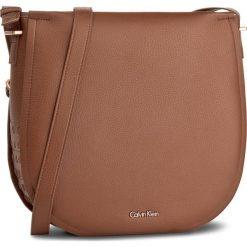 Torebka CALVIN KLEIN BLACK LABEL - Poppy Large Saddle Bag K60K602335  224. Czarne listonoszki damskie marki Calvin Klein Black Label, z materiału. W wyprzedaży za 379,00 zł.