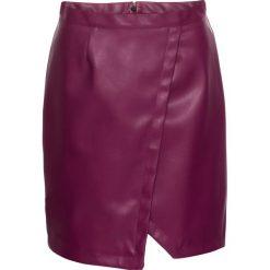 Spódnica ze sztucznej skóry, z efektem założenia kopertowego bonprix jeżynowy. Fioletowe spódniczki skórzane marki bonprix, kopertowe. Za 54,99 zł.