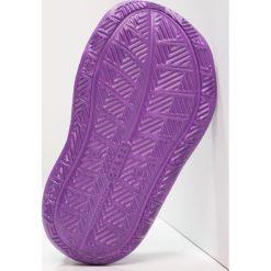 Crocs SWIFTWATER WAVE GRAPHIC Sandały kąpielowe amethyst. Fioletowe sandały chłopięce marki Crocs, z gumy. Za 149,00 zł.