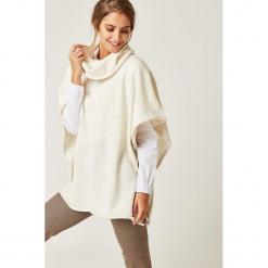 Sweter w kolorze kremowym. Białe swetry klasyczne damskie marki SCUI. W wyprzedaży za 159,95 zł.