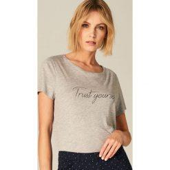 T-shirty damskie: Koszulka ze zdobionym napisem – Szary