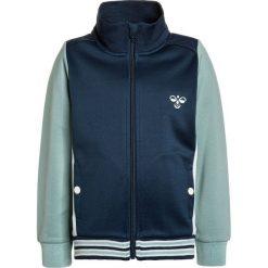 Hummel FALCON ZIP JACKET Kurtka sportowa blue wing teal. Niebieskie kurtki dziewczęce sportowe marki Hummel, z bawełny. W wyprzedaży za 170,10 zł.