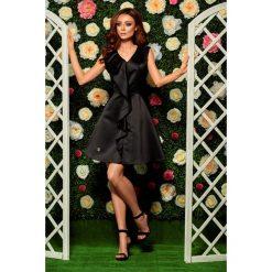Oszałamiająca sukienka z falbaną czarna JULIANNA. Czarne sukienki balowe marki Lemoniade, na imprezę, na lato, z kołnierzykiem typu kielich. Za 159,90 zł.