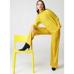 NA-KD Spodnie dzwony z wysokim stanem - Yellow. Żółte spodnie z wysokim stanem marki NA-KD, z materiału. W wyprzedaży za 97,17 zł.