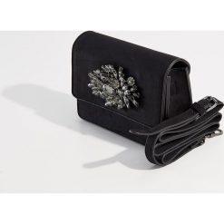 Torebka na ramię z biżuteryjną aplikacją - Czarny. Czarne torebki klasyczne damskie marki Kazar, w paski, ze skóry, zdobione. Za 99,99 zł.