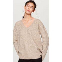 Sweter oversize - Beżowy. Brązowe swetry oversize damskie marki Mohito, l. Za 99,99 zł.