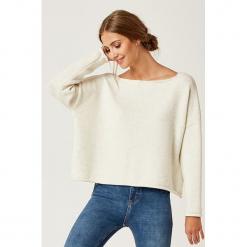 Sweter w kolorze kremowym. Białe swetry klasyczne damskie marki SCUI, z dekoltem w łódkę. W wyprzedaży za 149,95 zł.