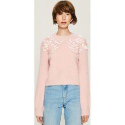Sweter z aplikacją - Różowy. Czerwone swetry klasyczne damskie Sinsay, l. Za 79,99 zł.