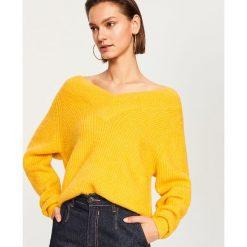Sweter z dekoltem w serek - Żółty. Żółte swetry klasyczne damskie Reserved, l, z dekoltem w serek. Za 139,99 zł.
