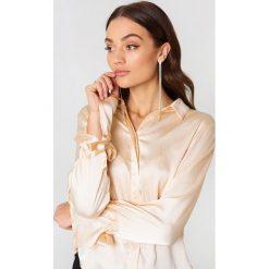 Rut&Circle Plisowana koszula Maci - Gold. Szare koszule wiązane damskie marki Rut&Circle, z poliesteru, z długim rękawem. Za 121,95 zł.