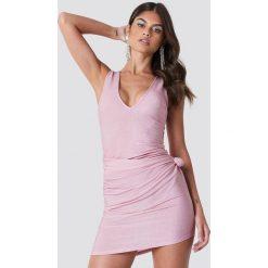 Galore x NA-KD Brokatowa sukienka z głębokim dekoltem V - Pink. Różowe sukienki mini marki Galore x NA-KD, dekolt w kształcie v. W wyprzedaży za 40,19 zł.