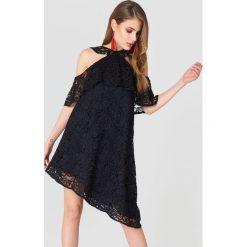 Sukienki asymetryczne: NA-KD Boho Koronkowa sukienka z odkrytymi ramionami - Black