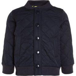 OshKosh QUILTED JACKET Kurtka Bomber navy. Niebieskie kurtki męskie bomber marki Retour Jeans, z bawełny. W wyprzedaży za 127,20 zł.