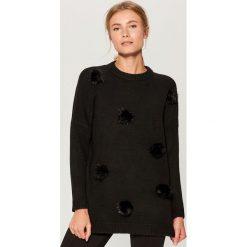 Sweter z puszkami - Czarny. Czarne swetry klasyczne damskie marki Mohito, l. Za 139,99 zł.