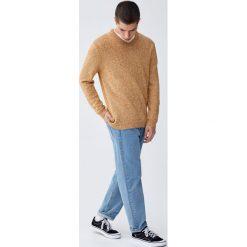 Sweter z dekoltem w serek z prążkowanymi detalami. Szare swetry klasyczne męskie Pull&Bear, m, prążkowane, z dekoltem w serek. Za 99,90 zł.