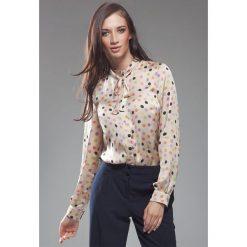 Bluzki asymetryczne: Subtelna Bluzka w Kolorowe Grochy z Kokardą
